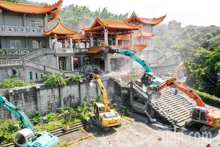 魏明仁一手打造的「中共愛國主義復興基地」,今日進行拆遷作業。記者黃仲裕/攝影
