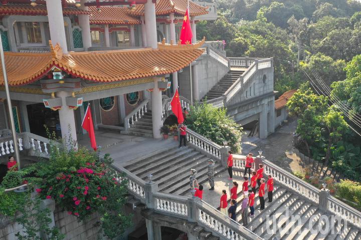 魏明仁(著軍服者)與他的支持者一起舉行「中共愛國主義復興基地」最後一次升降旗典禮。記者黃仲裕/攝影