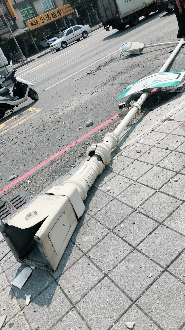 路燈燈桿遭砸毀。記者劉星君/翻攝