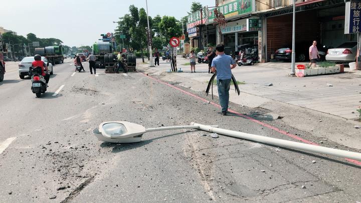 20噸鋼捲掉落,砸毀路旁的燈桿,撞壞警方監視器。記者劉星君/翻攝