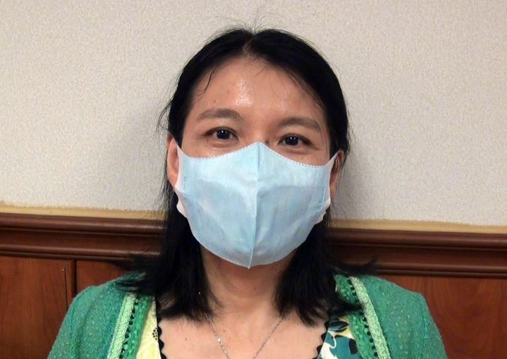 過去因為缺牙有礙觀瞻,吳小姐出門只能戴口罩遮掩。記者王昭月/攝影