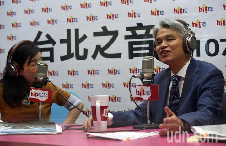 中選會主委陳英鈐(右)今天上午接受廣播專訪。記者杜建重/攝影