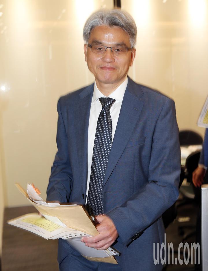 中選會主委陳英鈐今天上午帶著文件資料前往電台接受專訪,說明反空汙公投案中選會成案的原因。記者杜建重/攝影