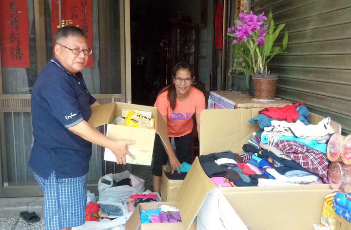 山竹颱風重創菲律賓,在台菲籍看護羅莉(右)與姊妹們發起救家鄉活動,雇主看得感動,也幫忙整理物資。記者林保光/攝影