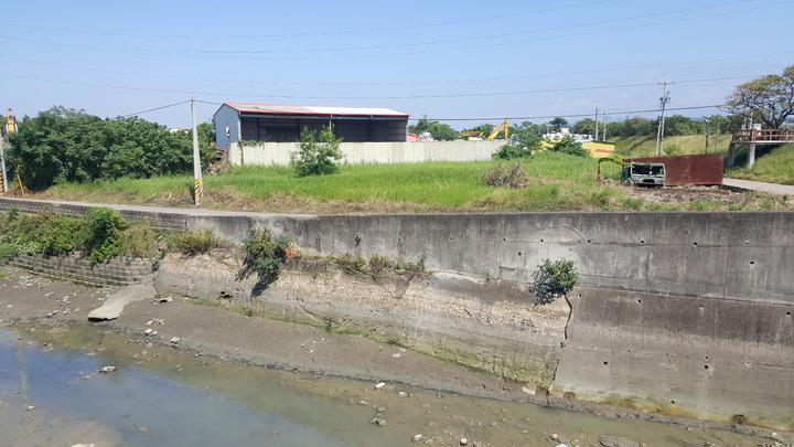 苗栗縣竹南鎮蜆仔溝排水出口滯洪池興建工程,因預定地內發現地下垃圾,工程迄今無法進行。記者胡蓬生/攝影