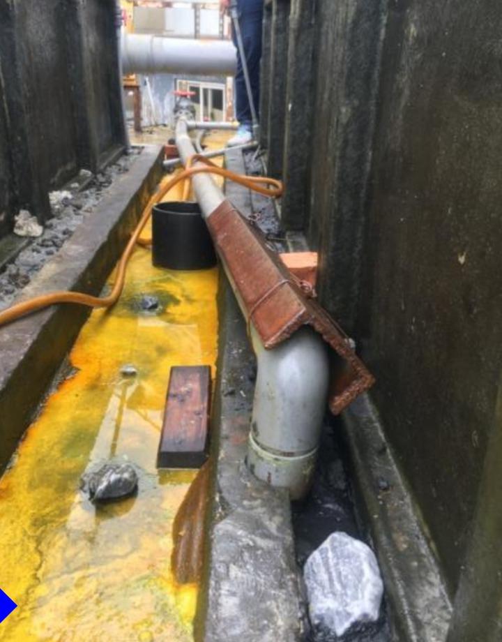 稽查人員查獲現場的黃色鹽酸溢散嚴重,規情節嚴重,宜蘭縣政府今天勒令停工。圖/縣政府提供