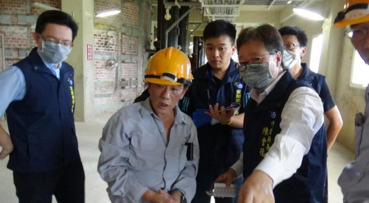 東碱上市公司再被反映汙染, 宜蘭代理縣長陳金德(右)與稽查人員戴口罩進廠稽查。圖/縣政府提供
