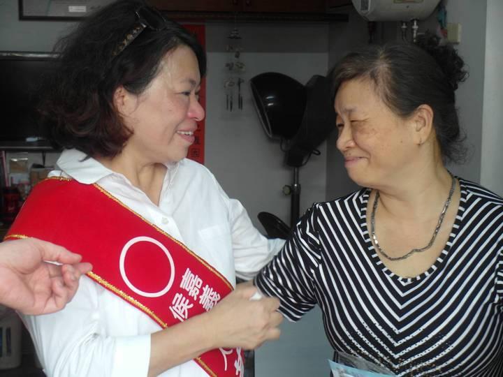 國民黨嘉義市長參選人黃敏惠(左)今天持續挨家挨戶拜票行腳,對於涂醒哲市長的「誰讓嘉義市不淹水?」她說,市民心中自有公正評價。圖/黃敏惠競選團隊提供