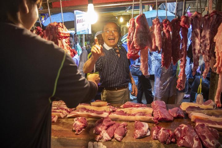 民進黨新北市長參選人蘇貞昌說今到市場掃街拜票,還跟攤商說,要選就要選像燈泡這麼亮的蘇貞昌。記者王敏旭/攝影