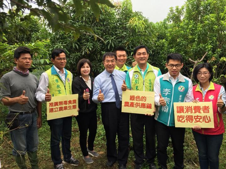 民進黨台南市長參選人黃偉哲(左四)與市議員參選人宣布溪北建立農業生態示範區。記者吳政修/攝影
