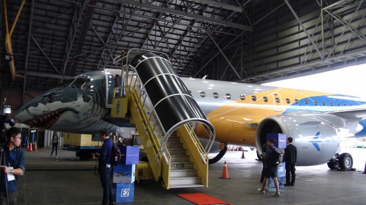 塗裝為霸氣的鯊魚機-Embraer 的 E190-E2 商用噴射客機飛抵台北,作為多城市亞太巡迴展中的一站。製造商將E190-E2 機身塗裝成尖牙利齒的鯊魚,展示該機種「利潤獵人」的姿態。 記者楊文琪/攝影