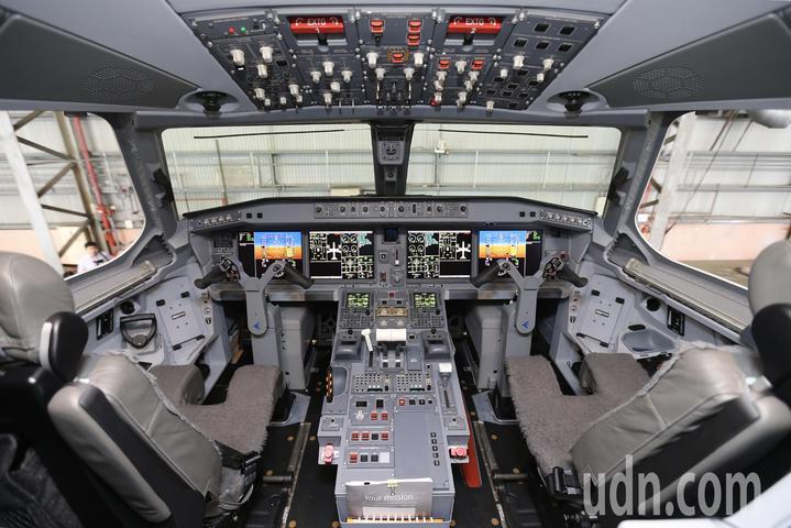 巴西EMBRAER E190-E2全數位面板駕駛艙。記者許正宏/攝影