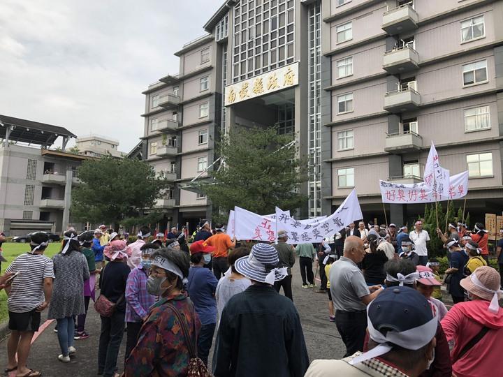 大批民眾上午到南投縣政府,抗議隱盛農藝科技惡狊汙染。記者張家樂/攝影