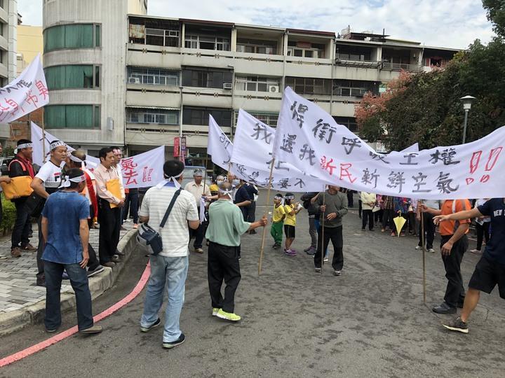 民眾高舉白布條,抗議隱盛農藝科技製造于染。記者張家樂/攝影
