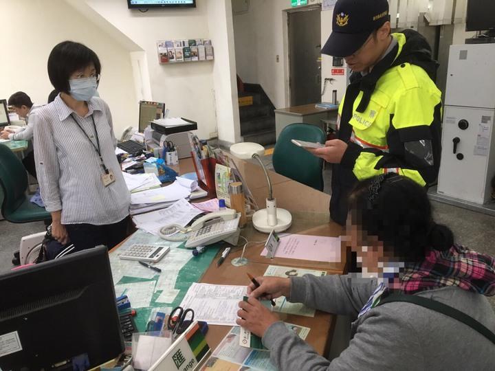 新竹縣竹東派出所昨天下午接獲第一銀行通報,一名58歲張姓婦人要向馬來西亞的情人匯款,銀行人員第一時間察覺不對勁追問,於是詢問婦人細節,才阻止這起詐騙案件。圖/竹東分局提供