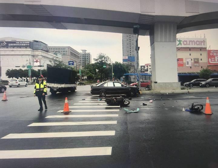 台中市張姓男子今天清晨開車行經台灣大道、文心路口時,違規左轉,撞上直行的簡姓女騎士,導致簡女重傷。記者陳宏睿/翻攝