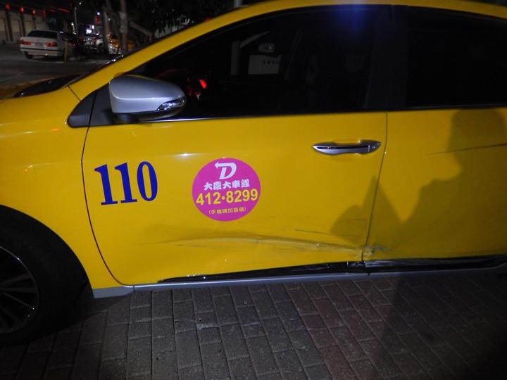 台中市王姓男子上月中旬開車行經東區復興路、南京東路口時,直接撞上林姓男子的計程車,隨後肇事逃逸,計程車留下一道刮車痕。記者陳宏睿/翻攝