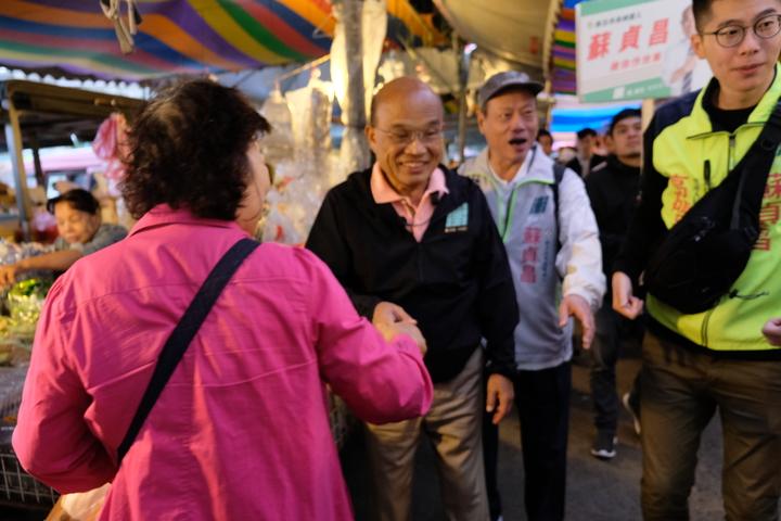蘇貞昌今天上午赴永和區福和橋下觀光市集拜票,與支持民眾握手。記者張曼蘋/攝影