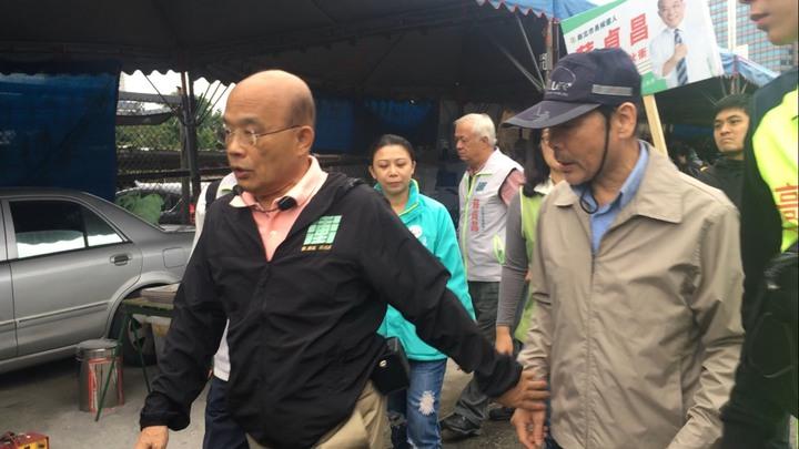 蘇貞昌掃街過程中遇到許多民眾上前「咬耳朵」,但蘇僅說「好!好!」隨即快步離去。記者張曼蘋/攝影
