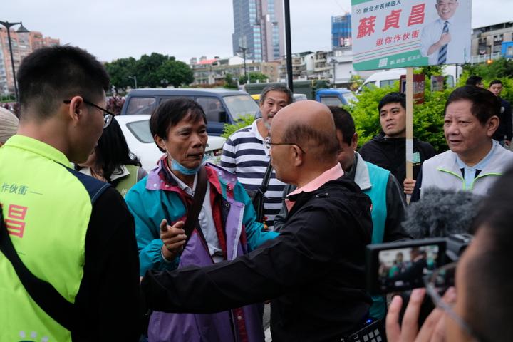 一名老翁叫住蘇貞昌,隨即說到自己的房子被人封起來,希望有人可以拿出正義、幫忙他;而蘇貞昌則回「好!好!」、「市政府啦!市政府!」並快速往前走。記者張曼蘋/攝影