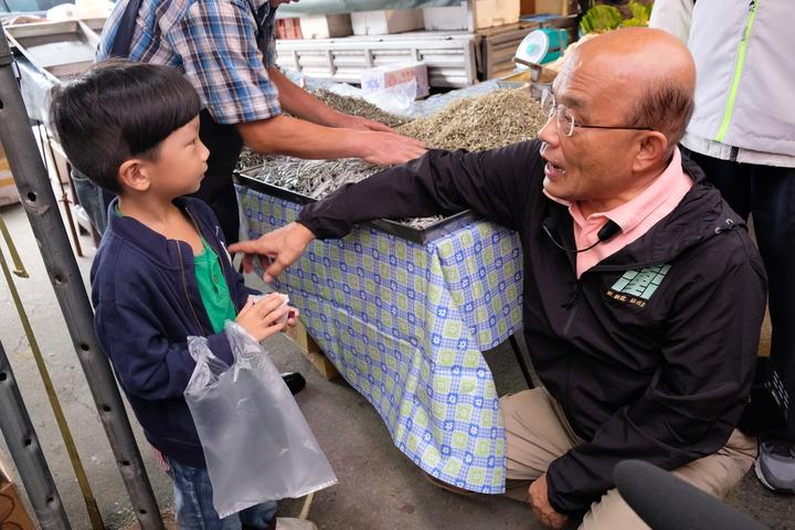 蘇貞昌看到小男童,蹲下來說,未來若是當上市長,會蓋親子體驗博物館。記者張曼蘋/攝影