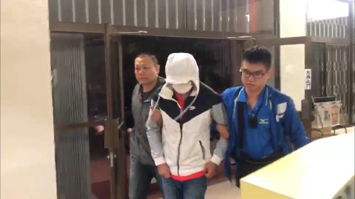 台南市警二分局前往台中逮捕網路交友迷魂盜。 記者周宗禎翻攝