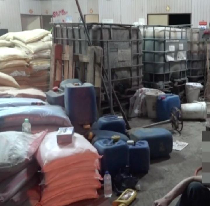 刑事局南打在南投縣破獲製造安非他命毒品工廠,現場擺放大量農業肥料,以肥料味來掩蓋製毒酸臭味。記者劉星君/翻攝
