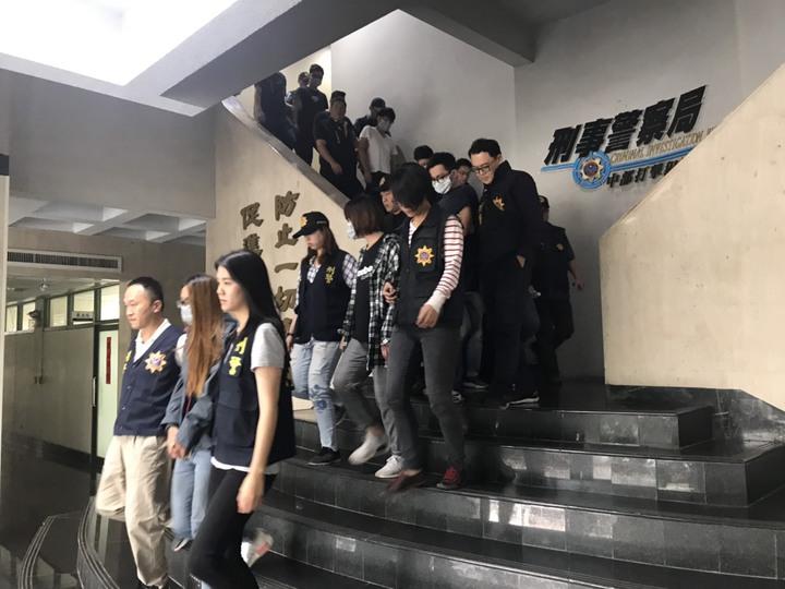 警方逮捕黃等17人。記者李承穎/翻攝