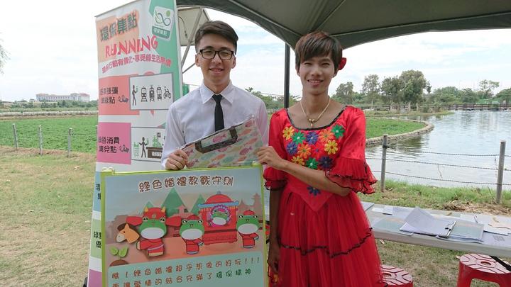 環保局邀請兩名年輕人穿著環保禮服、婚紗, 宣導綠色婚禮。 記者卜敏正/攝影