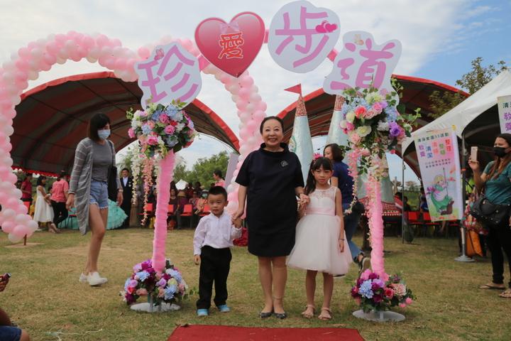 張花冠和婚紗走秀小花童合影。記者卜敏正攝影
