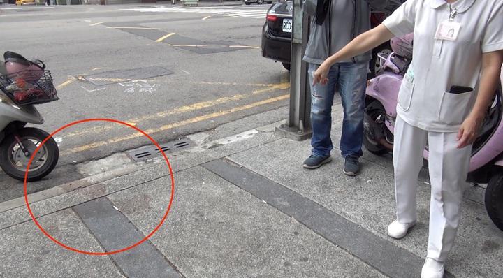 台中市朱姓男子等15人涉嫌在10日晚間,擄走古姓男子後,以黑道行刑手法,丟包在北屯區全民醫院前。記者陳宏睿/攝影