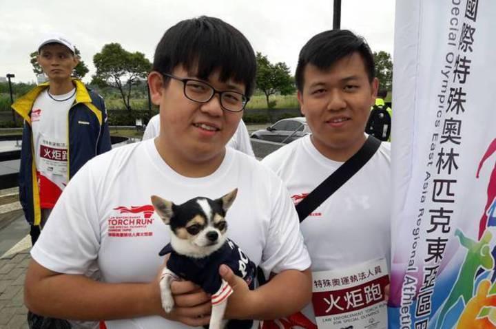 桃園市警員林志遠(左)、林志達,是雙胞胎,長得一個模樣,哥哥戴上眼鏡才分辨得出。圖/警方提供