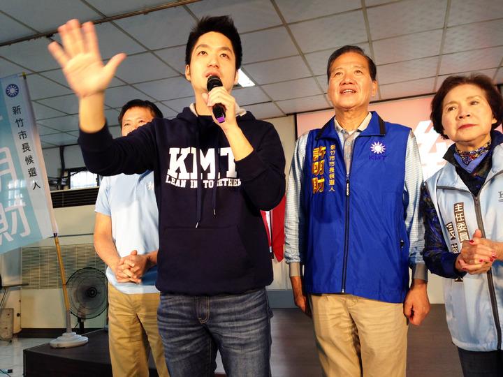 立委蔣萬安(右三)為新竹市長參選人許明財(右二)站台。記者郭宣彣/攝影