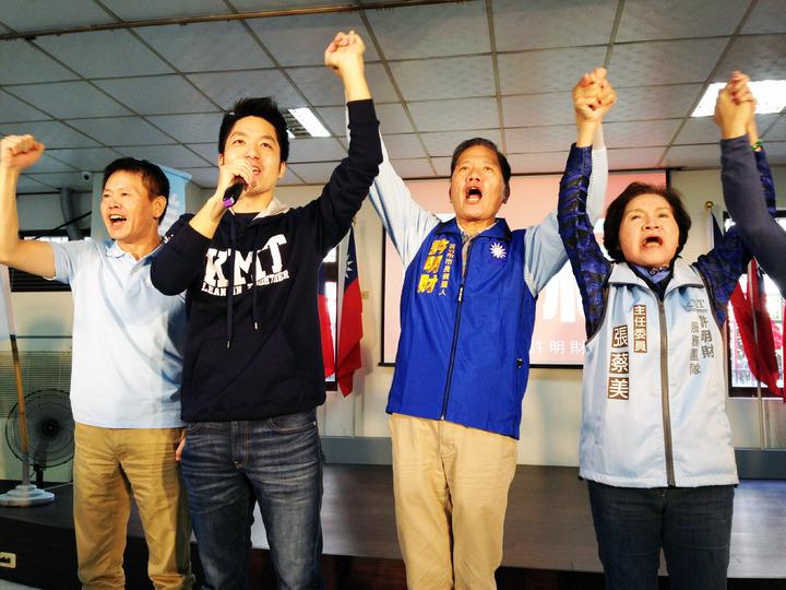 立委林為洲(左一)蔣萬安(左二)為新竹市長參選人許明財(右二)站台。記者郭宣彣/攝影