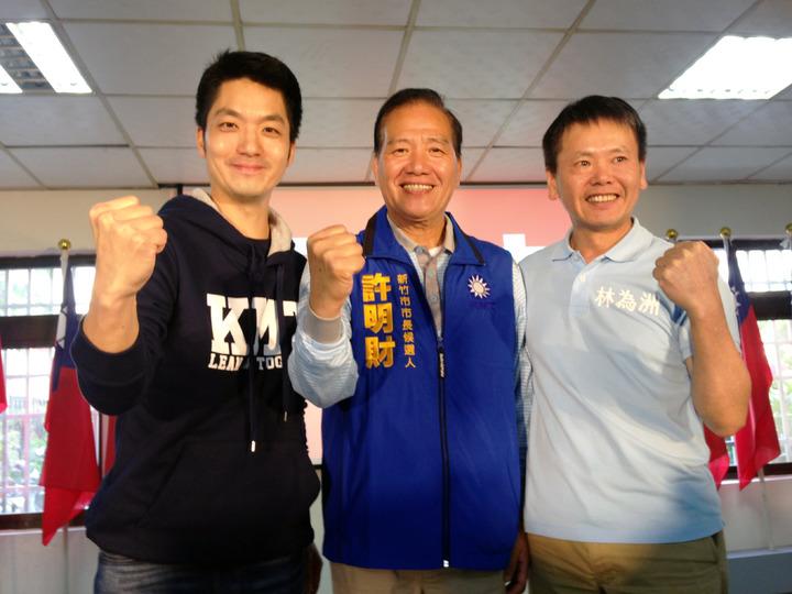 立委蔣萬安(左)、林為洲(右)為新竹市長參選人許明財(中)站台。記者郭宣彣/攝影