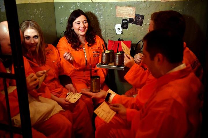 英國倫敦東區監獄主題酒吧Alcotraz11日開門營業,客人按規矩換裝成受刑人,擠在狹小的「牢房」暢飲雞尾酒。法新社
