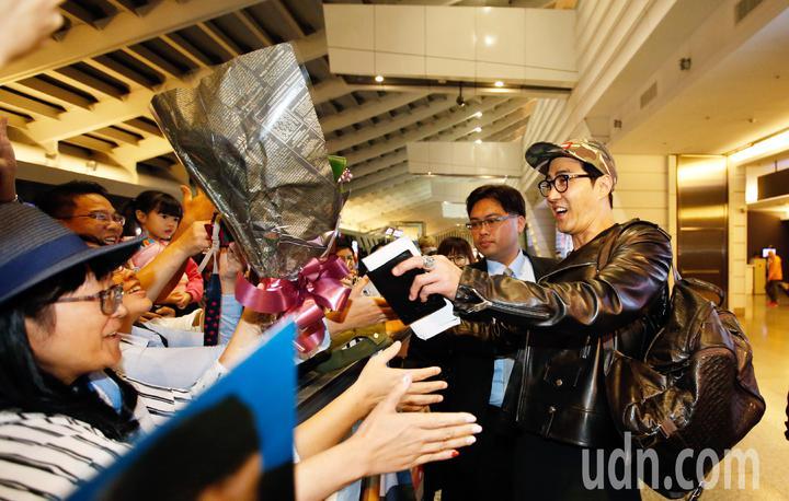 韓星車勝元(右)抵台,他親切地幫粉絲簽名。記者鄭超文/攝影