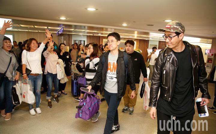 韓星車勝元(右)傍晚抵台,在機場一路上都受到粉絲的歡迎。記者鄭超文/攝影