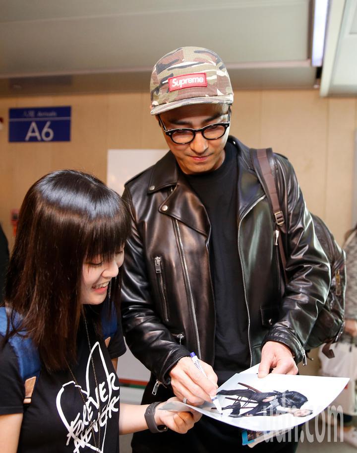 韓星車勝元(右)傍晚抵台,他親切地幫粉絲簽名。記者鄭超文/攝影