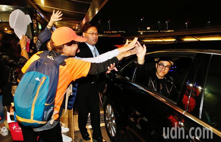 韓星車勝元(右)傍晚抵台,他離去時還搖下車窗跟粉絲擊掌。記者鄭超文/攝影