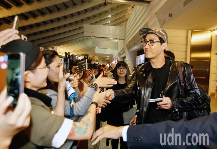 韓星車勝元(右)傍晚抵台,他親切地跟粉絲握手。記者鄭超文/攝影