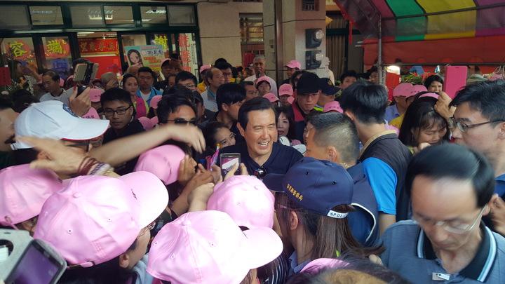 前總統馬英九下午到苗栗縣竹南鎮國民黨籍鎮長參選人謝端容總部造勢,吸引大批支持者和馬迷到場,總部被擠得水洩不通。記者胡蓬生/攝影