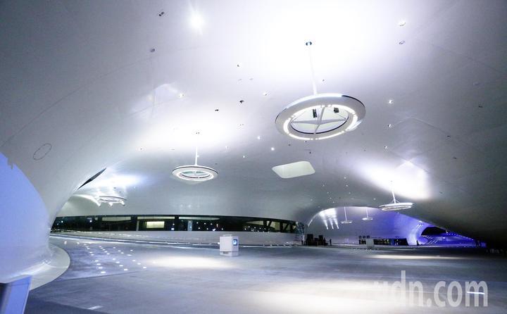 高雄衛武營藝文中心正式啟用,內部彷彿像是飛碟造型十分特殊。記者劉學聖/攝影