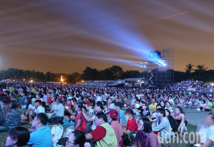 高雄衛武營藝文中心正式啟用,在戶外廣場吸引近萬人前來觀賞開幕表演。記者劉學聖/攝影