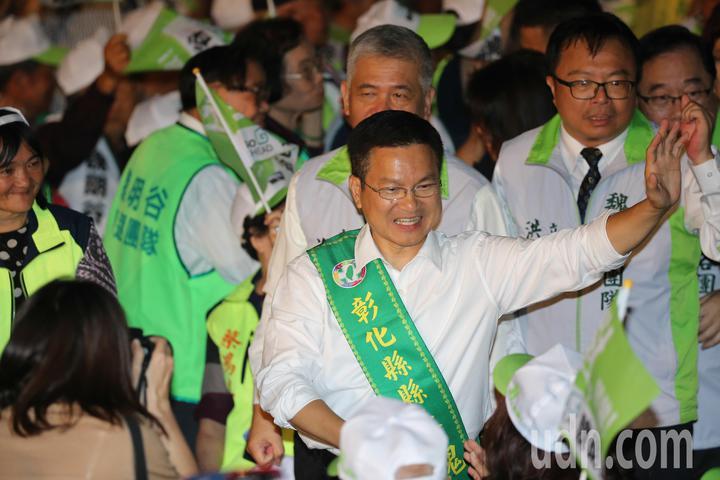 彰化縣長魏明谷(右)晚間在鹿港舉行造勢晚會,他在進場時與熱情的支持者揮手致意。記者黃仲裕/攝影