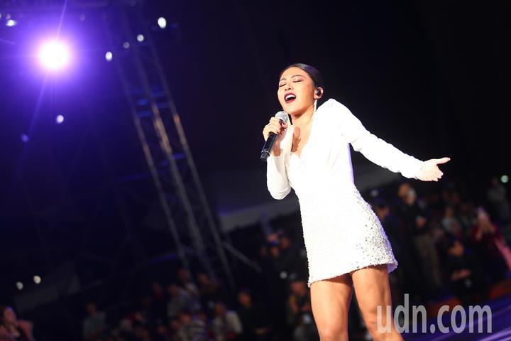 2018台北時裝週VOGUE全球購物夜,歌手艾怡良在時尚大秀中獻唱。記者王騰毅/攝影