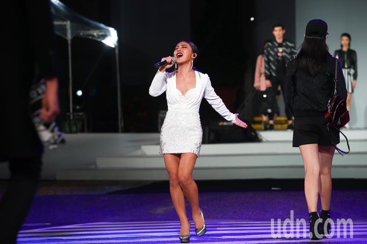 2018台北時裝週VOGUE全球購物夜,歌手艾怡良(中)在時尚大秀中獻唱。記者王騰毅/攝影