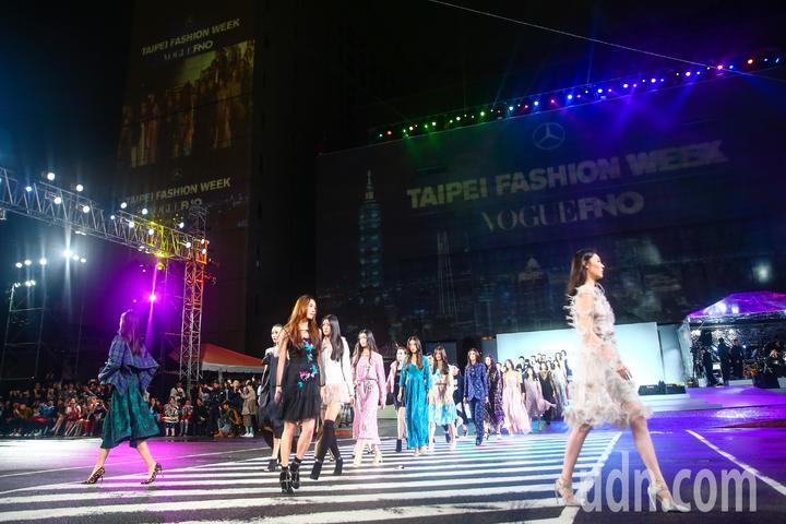 2018台北時裝週VOGUE全球購物夜,在台北市府前封街舉行時裝秀。記者王騰毅/攝影