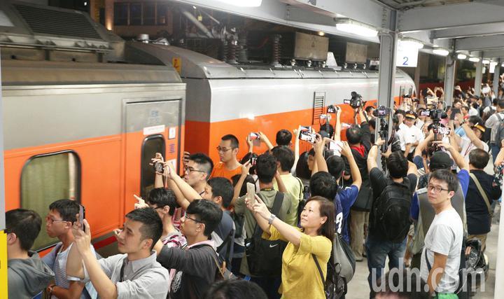大批鐵道迷在最後列車啟動離開時拿起相機快門按不停,向最後一班列車說再見。記者劉學聖/攝影