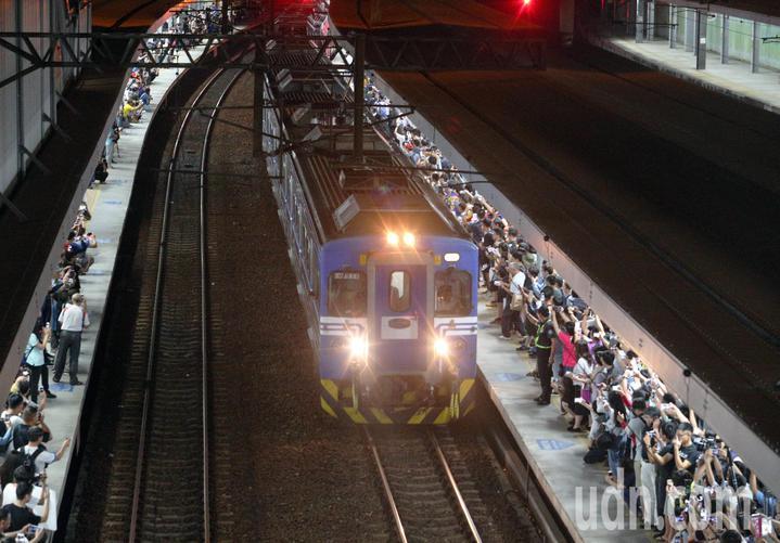高雄車站擠進大批鐵道迷,歡送最後列車離開。記者劉學聖/攝影